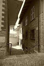 Eine Gasse mit Pflastersetin in einem kleinen Ort im Piemont