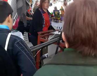 Artesana de Ohuanta en una feria con su telar semi industrial