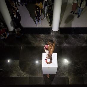 Transfiguración, desnudo, sangre y crítica en el arte de Carlos Martiel