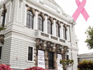 Iluminan MUSA de rosa por lucha contra cáncer