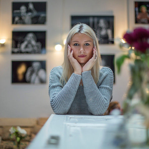 Anna im Cafe