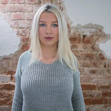 Anna vor einer Wand