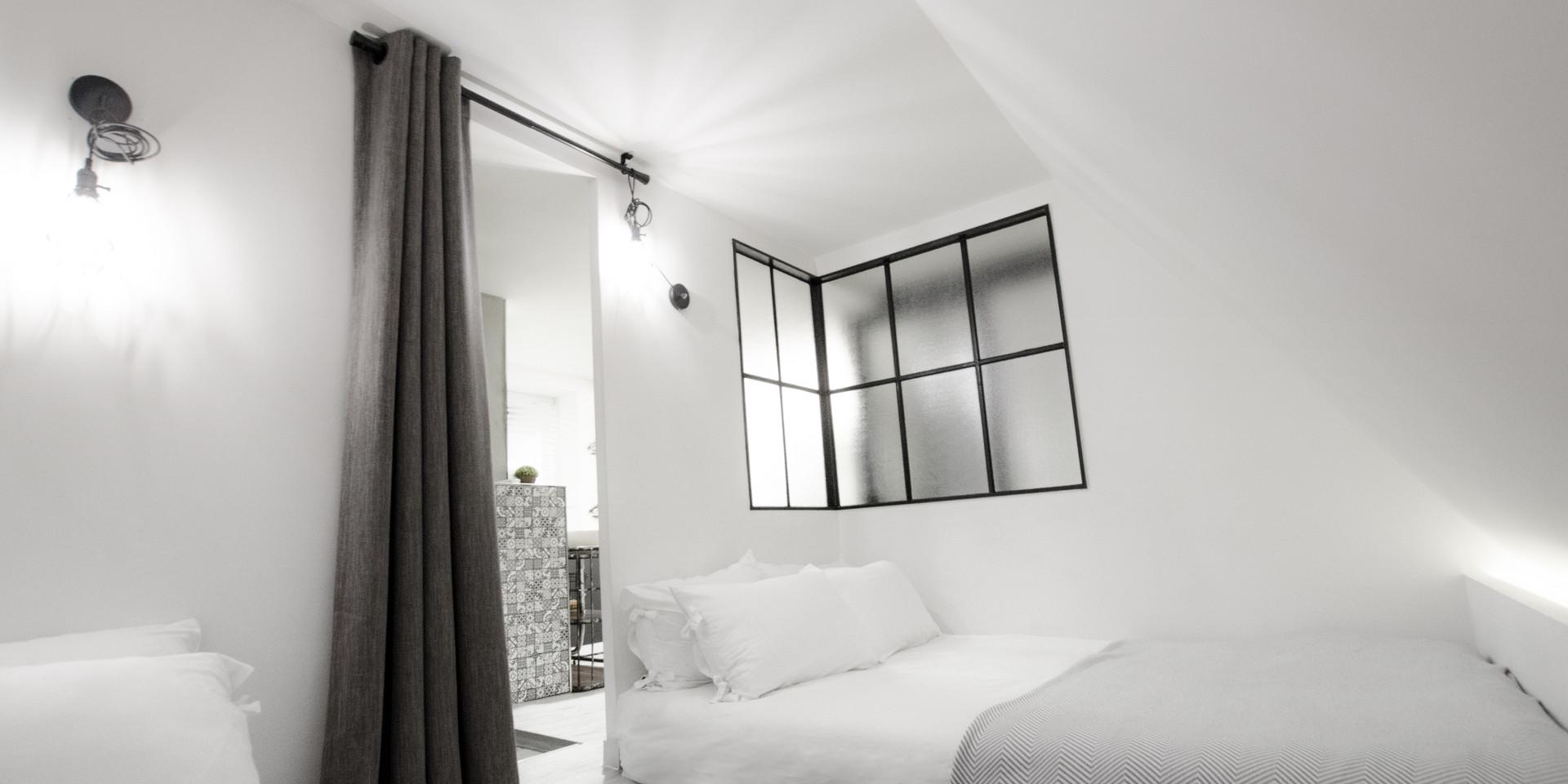 置放兩張大床的梯形空間呈現閣樓的概念,加上兩扇大窗後使其不顯狹窄。