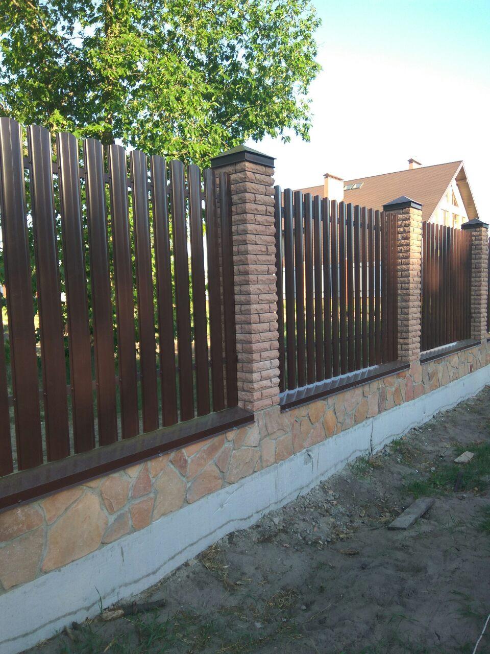 Новый забор с рваного кирпича, металического штакетника и профнастила