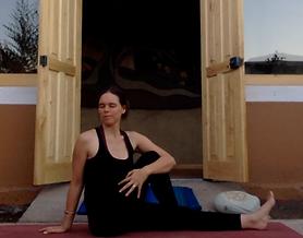 Stress abbauen Yoga Übung Drehsitz.png