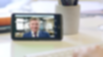 Asesor financiero prestando servicio por banca móvil