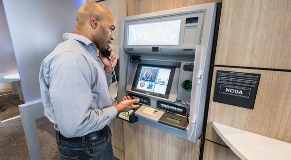Hombre usando cajero con video chat, video banca