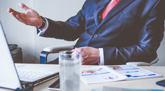 Asesor financiero haciendo venta consultima remota