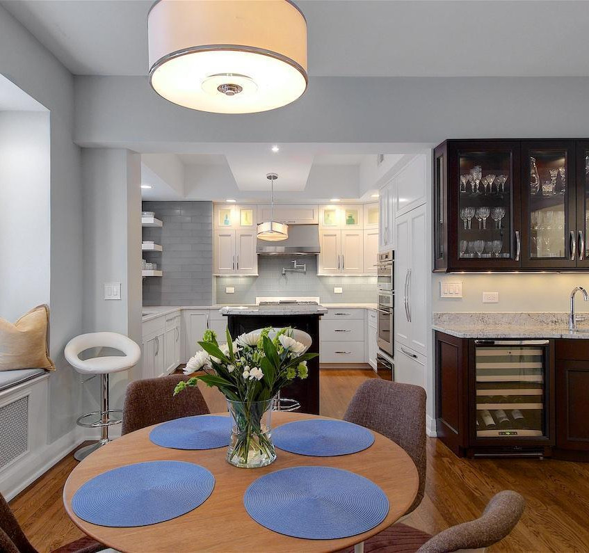 Wet bar & casual dining area