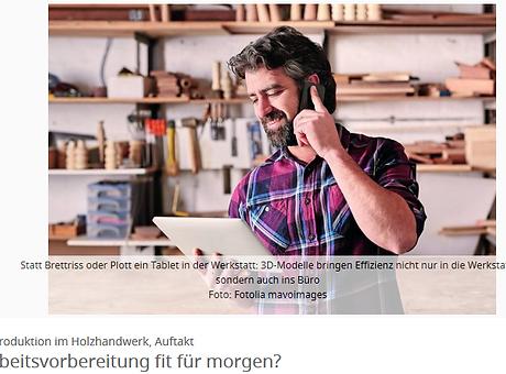 Schreiner in Werkstatt am Telefon
