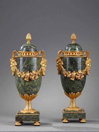 Par de cazuelas de mármol verde y bronce dorado