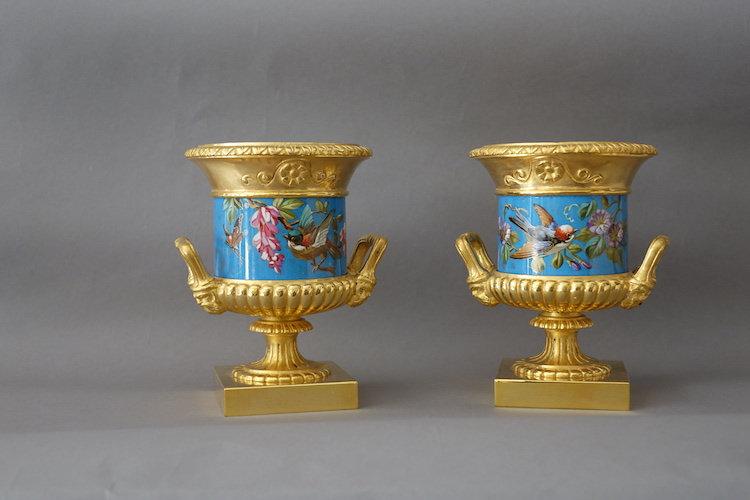 Paire de vases, bronze doré et porcelaine émaillée
