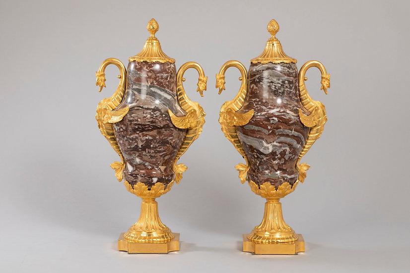 Par de jarrones grandes cubiertos en mármol y bronce dorado