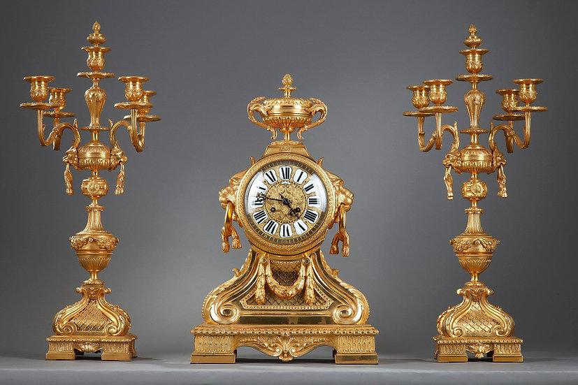 Importante adorno de bronce dorado con hocicos de león.