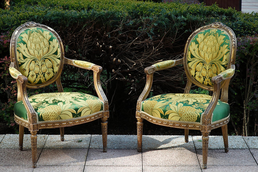Paire de larges fauteuils d'une suite de quatre, style Louis XVI.