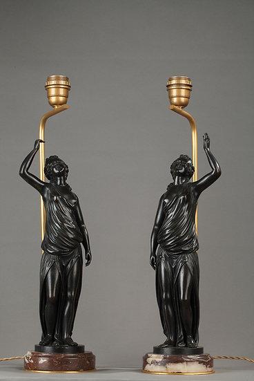 Paire de lampes,  femmes à l'antique en bronze patiné,