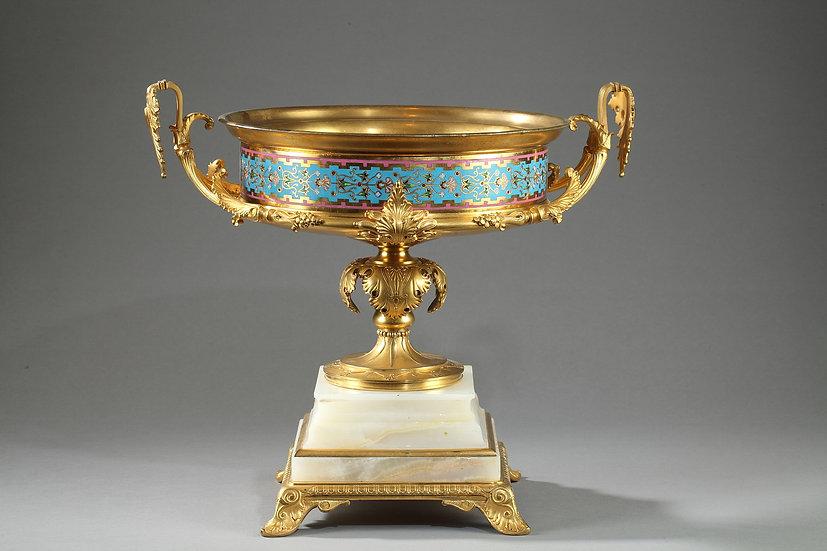 Grande coupe en bronze doré, onyx d'Algérie et émaux cloisonnés
