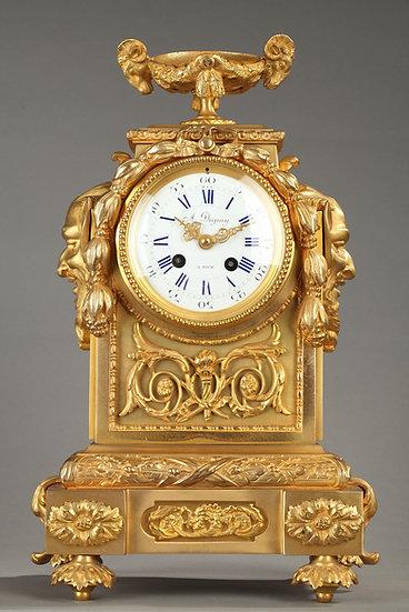 Pendule borne en bronze doré et ciselé.