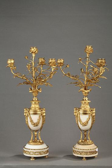 Une paire de candélabre d'époque Louis XVI en marbre blanc et bronze doré à quat