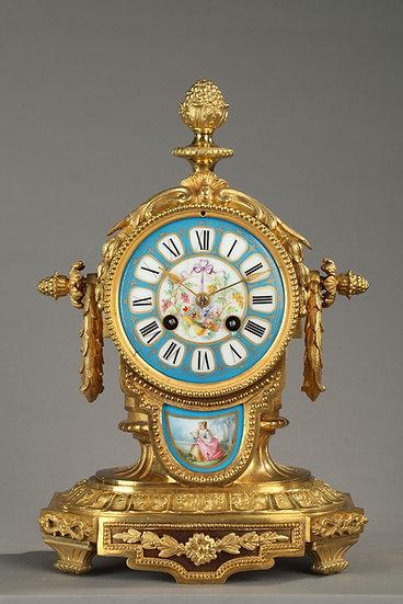 Pendule romantique en porcelaine peinte et bronze doré