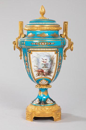 Vase couvert en porcelaine et bronze doré Louis XVI