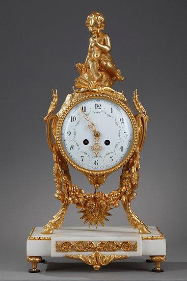 Une pendule Louis XVI en marbre blanc et bronze doré.