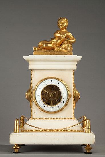 Reloj Luis XVI en mármol blanco y bronce dorado.