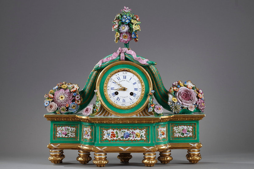 Pendule romantique en porcelaine peinte et dorée signée Raingo à Paris