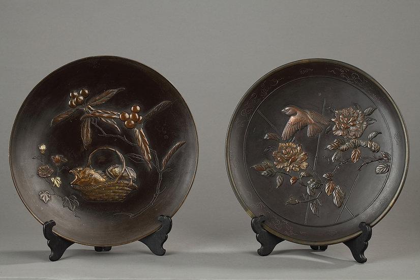 Paire de plats décor japonnisant en bronze à double patine.