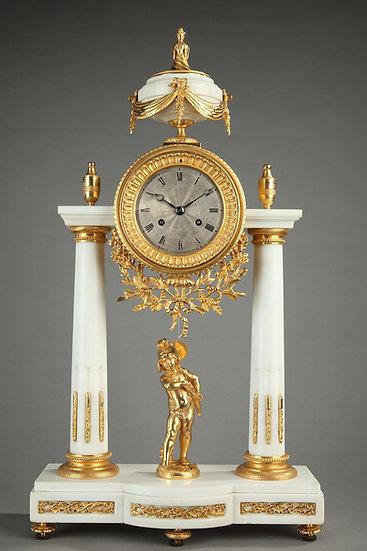 Reloj pórtico Luis XVI en mármol blanco y bronce dorado