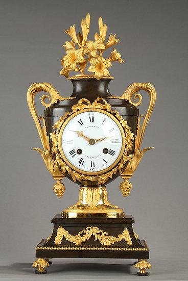 Pendule d'époque L XVI ;bronze doré et patiné