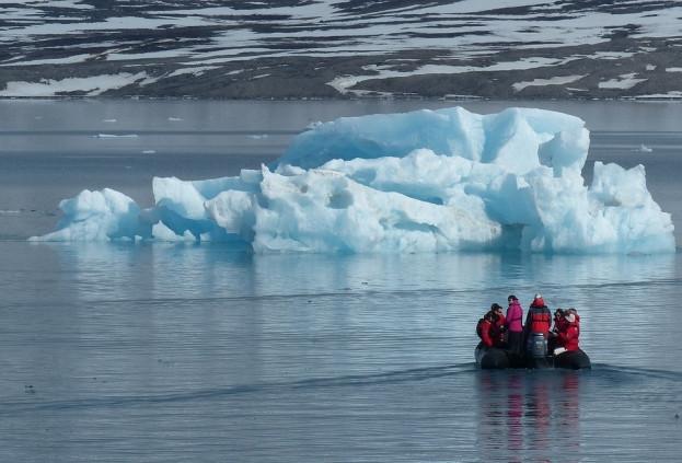 Российские ученые создали морозостойкую одежду для Арктики на основе углеводородного сырья