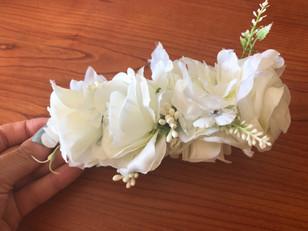 Pente com flores artificiais
