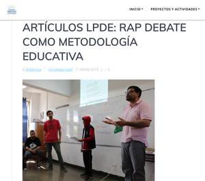 Los monitores Oes, Sador y Jorge Albornoz Barrientos, acompañando y presentando a un estudiante que expone su composición.