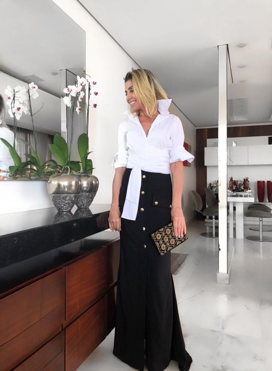 Aqui, a nossa versão da proposta: camisa + saia longa – A Camisa traz referências orientais e acentua as curvas da cintura, assim como a nossa Saia longa com botões e shape sereia realça a beleza do corpo feminino com sutileza.