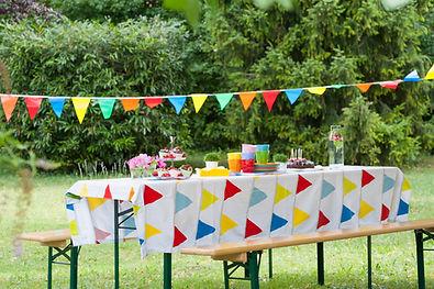 Outdoor-Geburtstagstisch für Kindergeburtstag in der Schweiz
