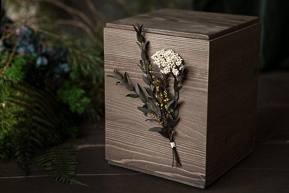Medinė urna su miegančiais augalais