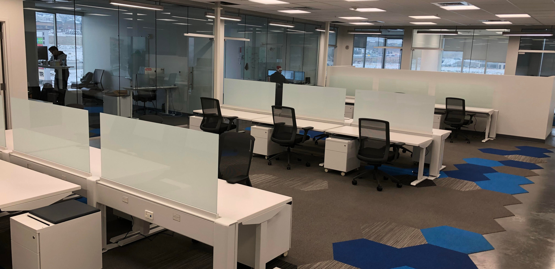 "60"" Friant sit to stand benching system with frosted glass divder screens, mobile pedestal and white work surface"