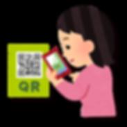 スマホでQRコードを読む女性