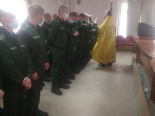 Настоятель благословил новобранцев на воинскую службу.