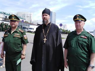 В Саратове пришвартовался паром с военной техникой.