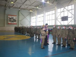 Настоятель напутствовал участников состязаний среди военнослужащих.