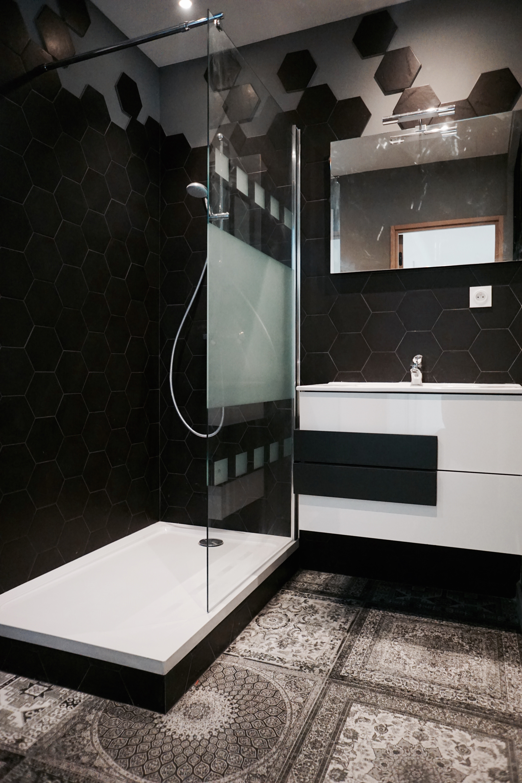 salle de bain avec verrière