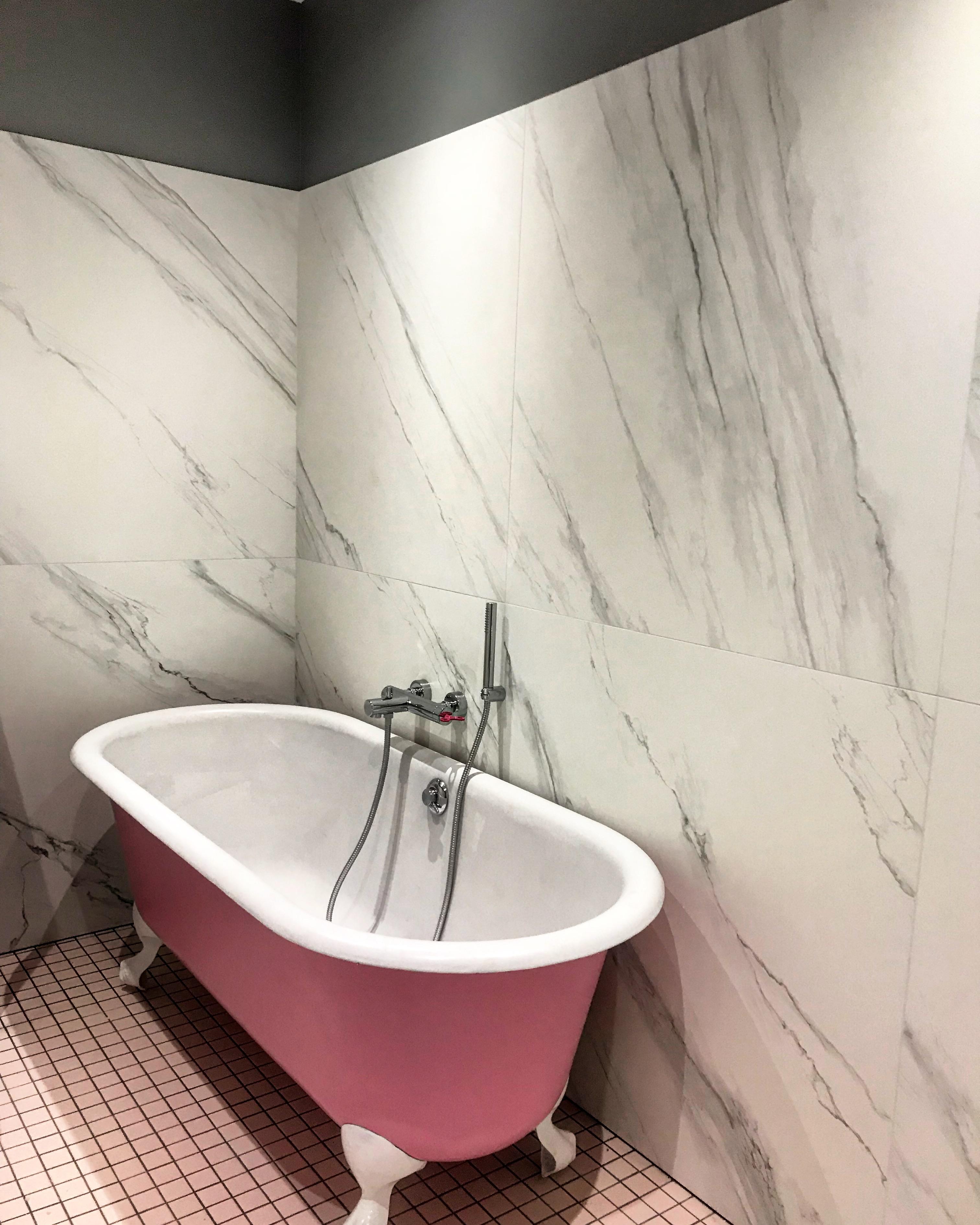 salle de bain rose et marbre