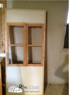 חלונות עץ עם בידוד מתחת ומעל