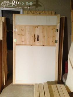 חלון מטבח ליורט עם בידוד מתחת ומעל