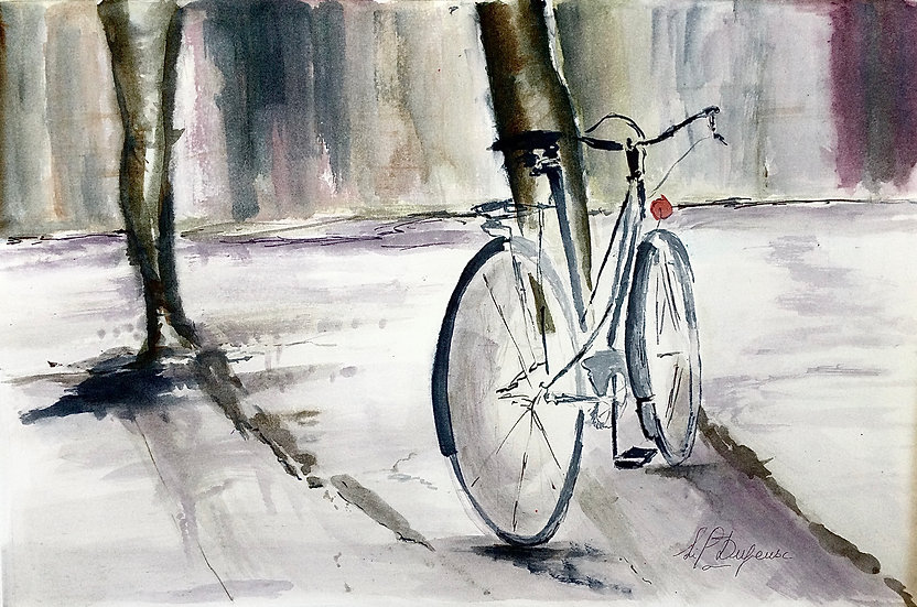 Vélo de balade appuyé contre un arbre