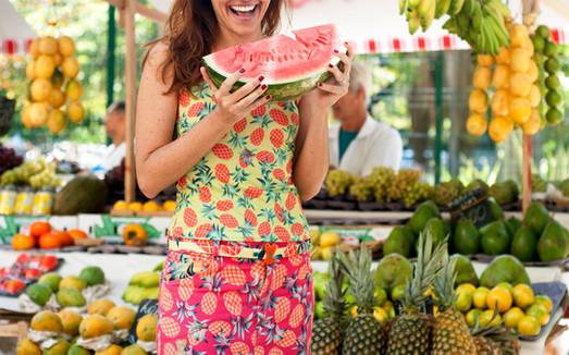 Lilli Kessler veste estampa exclusiva le modiste originals de abacaxi mimetizando a paisagem na feira de Ipanema :)