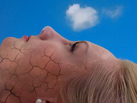 Как удалить чешуйки и прекратить шелушение кожи?
