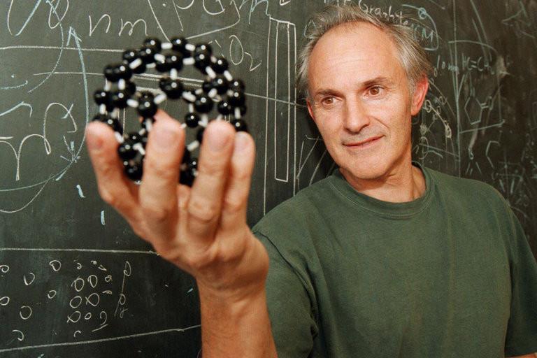 Профессор Харольд Крото с моделью нанокластера